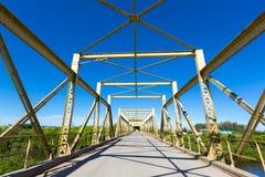 Opróżnia retro ampuły zieleni 2 pasów ruchu metalu most w Urugwaj fotografia stock