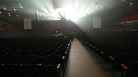 Opróżnia rzędy siedzenia i reżyseruje przed koncertem zdjęcie wideo