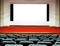 Opróżnia rzędy wygodni siedzenia z dużym ekranem z białym clipp zdjęcie stock