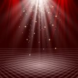 Opróżnia scenę zaświecającą z światłami na czerwonym tle Obrazy Royalty Free