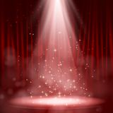 Opróżnia scenę zaświecającą z światłami na czerwonym tle Obrazy Stock
