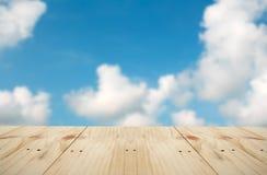 Opróżnia stół na niebie Zdjęcia Royalty Free