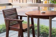 Opróżnia stół przed plamy sklep z kawą Zdjęcia Stock