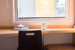 Opróżnia stół przed plamy sklep z kawą Fotografia Stock