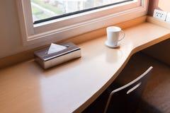 Opróżnia stół przed plamy sklep z kawą Zdjęcia Royalty Free