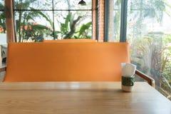 Opróżnia stół przed plamy sklep z kawą Obrazy Stock