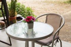 Opróżnia stół przed plamy sklep z kawą Zdjęcie Royalty Free