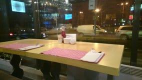 Opróżnia stół przy restauracją, samotność, miasto ruch drogowy outside zdjęcie wideo