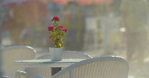 Opróżnia stół z kwiatem w ulicznej kawiarni zbiory