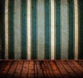 Opróżnia starego grunge pokój z rocznika adamaszka ściany teksturą obrazy stock
