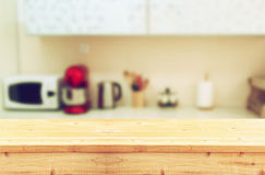 Opróżnia stołową deskę i defocused białego retro kuchennego tło Zdjęcie Stock