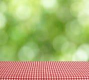 Opróżnia stołowego czerwonego w kratkę tablecloth fotografia stock