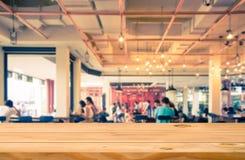 Opróżnia stołowego wierzchołek odpierającego z zamazanym sklep z kawą obraz stock