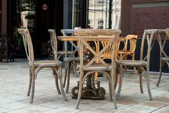 Opróżnia stoły i krzesła na ulicznej kawiarni Fotografia Stock