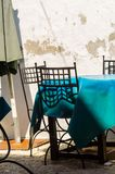 Opróżnia stoły i krzesła przed restauracyjnym miejscem serv fotografia stock