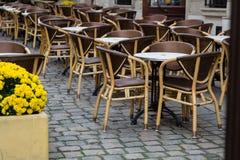 Opróżnia stoły plenerowa kawiarnia w centrum miasta Lviv obrazy stock
