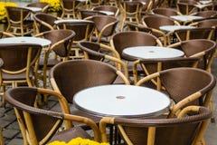 Opróżnia stoły plenerowa kawiarnia w centrum miasta Lviv zdjęcie royalty free