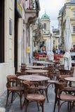Opróżnia stoły plenerowa kawiarnia w centrum miasta Lviv zdjęcia stock