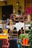 Opróżnia stoły plenerowa kawiarnia w europejskim centrum miasta Lviv obraz stock