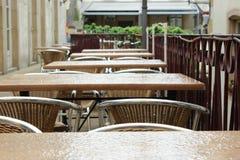 Opróżnia stoły w deszczowym dniu Zdjęcia Stock