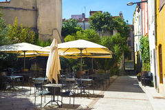 Opróżnia stoły w ulicznej kawiarni w popołudniu Fotografia Stock