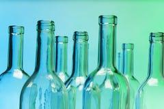 Opróżnia szklane butelki z zakończenie ostrością szyje Fotografia Stock