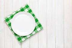 Opróżnia talerza i ręcznika nad drewnianym stołowym tłem Obraz Stock