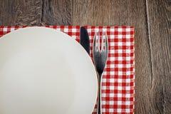 Opróżnia talerza na drewnianym stole Fotografia Stock