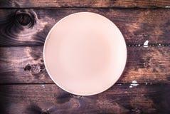 Opróżnia talerza na drewnianym tle Odgórny widok obrazy royalty free