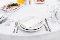 Opróżnia talerza na stole, cutlery set spotkań tło karmowa kuchnia wiele przedmiota stół Obraz Stock