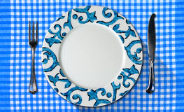Opróżnia talerza na Tablecloth z Cutlery Obraz Stock