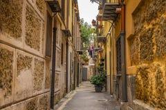 Opróżnia wąską ulicę w alejach Palermo z starymi budynkami, Sicily Włochy zdjęcie royalty free