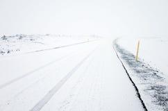 Opróżnia wiejską drogę zakrywającą z śniegiem w zimnej zimie Zdjęcia Stock