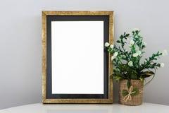 Opróżnia Złotą ramę Na Drewnianym Szelfowym Białym Pustym reklama sztandaru egzaminie próbnym W górę Odosobnionego szablonu zdjęcia royalty free