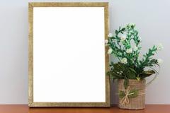 Opróżnia Złotą ramę Na Drewnianym Szelfowym Białym Pustym reklama sztandaru egzaminie próbnym W górę Odosobnionego szablonu fotografia stock