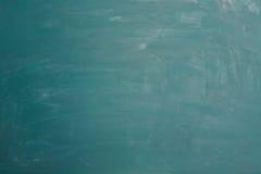 Opróżnia zielonego chalkboard z kredą jako tło obraz royalty free