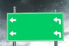 Opróżnia zielonego signboard na padać i rosie Fotografia Stock