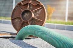 Opróżniający septycznego zbiornika, czyści kanały ściekowych Fotografia Royalty Free
