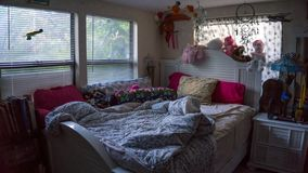 Opróżniam unmade girly młodej żeńskiej dziewczyny łóżkowego pokój z wiele personel zwierzętami w kolor menchiach z wiele poduszka obrazy royalty free