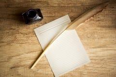 Opróżnia papier z piórkiem i inkpot Zdjęcia Stock