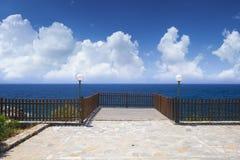 Opróżnia taras na morza i niebieskiego nieba tle Fotografia Royalty Free