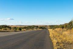Opróżnia Wiejskiego Asfaltowej drogi bieg Przez Suchego zima krajobrazu Fotografia Royalty Free