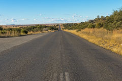 Opróżnia Wiejskiego Asfaltowej drogi bieg Przez Suchego zima krajobrazu Obrazy Stock