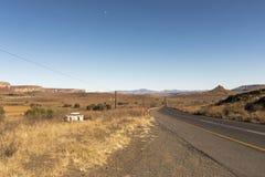 Opróżnia Wiejskiego Asfaltowej drogi bieg Przez Suchego zima krajobrazu Zdjęcie Royalty Free