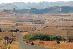 Opróżnia Wiejskiego Asfaltowej drogi bieg Przez Suchego zima krajobrazu Obrazy Royalty Free