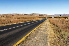Opróżnia Wiejskiego Asfaltowej drogi bieg Przez Suchego zima krajobrazu Zdjęcie Stock