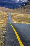 Opróżnia Wiejskiego Asfaltowej drogi bieg Przez Suchego zima krajobrazu Obraz Stock