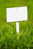 Opróżnia znaka na zielonej trawie Obraz Stock