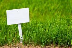Opróżnia znaka na zielonej trawie Obrazy Royalty Free