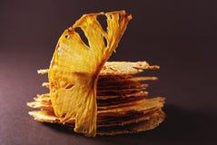 oprócz Ściąganie zapowiedź Pięć plasterków wysuszony ananas na brązu tle obrazy stock